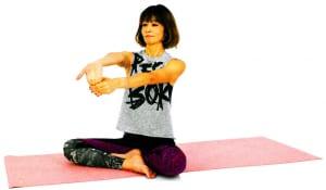 右手の平を前に向けます。指先を下に向けたら左手で指先をつかみ、吐く息とともに手のひらや手首内側を伸ばします