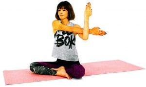 右腕を胸の前に引き寄せ左に伸ばしたら、左肘でやさしく、胸のほうに引き寄せます。この時も、肩を下げて首を長く伸ばしましょう