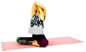 大きく息を吸いながら両肘を上に向けて、お腹や胸を伸ばします