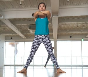 足を肩幅より広めに開き、ひざとつま先の向きを外に向けます。この時、お腹に力を入れて目線は前を見るようにしましょう