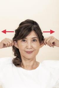 人差し指と親指で耳の上の方をつまみ、真横にキュッキュッと8回引っ張ります。耳は強めに引っ張ってもOKですが、痛すぎず気持ちのいい範囲で行いましょう