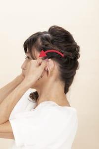 (1)で掴んだ耳の位置のまま前方へ8回倒します。後頭部がさらに伸びて気持ちいい感触を味わいながら、耳で耳の穴をフタするように行ってください