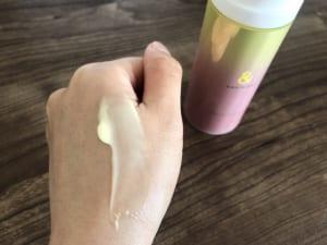 なめらかなテクスチャーですが、ジェルクリームなのでみずみずしく伸びていきます。なじませた後の肌は、<strong>まるでパックしたかのようにつるんとした肌触りになります