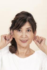 最後に、美容に関わるつぼが集中する耳たぶを指先でキュッキュッとつまんで刺激します。少し痛いと感じるくらいの力で、指先を移動しながら全体を刺激してください