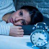 寝ても疲れが取れない?睡眠の質を上げるベッド周りの整え方