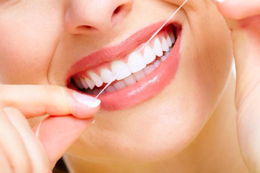 歯ブラシだけではNG!?若々しい歯を保つための歯間ケア