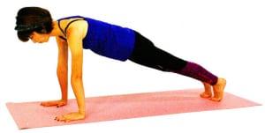 両足を後ろに伸ばし、プランクポーズ(板のポーズ)になります。この時、お腹を腰に引き寄せるように意識し、お尻が落ちて腰が反らないように注意しましょう