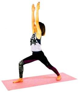 一度大きく息を吸いながら背骨を伸ばし、息を吐きながら右ひざを曲げて腰を沈めます。この時、右足のかかとの真上にひざがくるようにしましょう