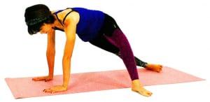 右かかとを床につけ、左足は右足前の床に置きます。両手のひらで床を押し、右腰を天井方向に押し上げます