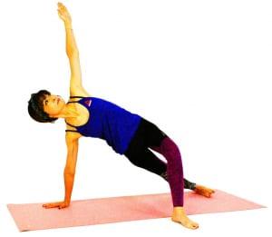 左手を天井方向に伸ばし、上半身を大きく開き伸ばします。この時も腰が落ちないように右足の縁や左足の裏で床を押し、5呼吸の間状態をキープしましょう