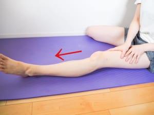 オイルやクリームをつけて太もも全面の付け根から脚の甲まで、軽く圧をかけていきます