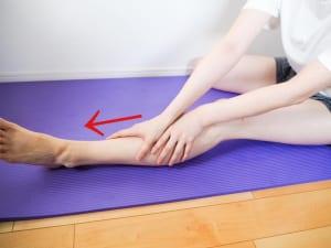オイルやクリームをつけて太もも前面の付け根から脚の甲まで、軽く圧をかけていきます