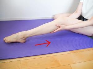 次に、脚の裏を通ってかかとからお尻の付け根までを指の腹で押し上げるようの軽くこすり上げます