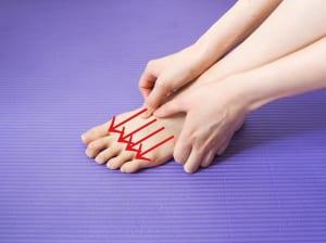 脚の甲の骨の間4箇所を親指の腹で脚指へ向かって軽く摩擦します