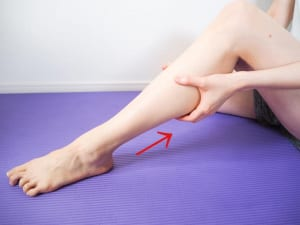 かかとから膝裏まで、4指の腹でふくらはぎを持ち上げるようにしてなで上げます。3回が目安ですが、ふくらはぎが固い、痛いと感じる方は、痛きもちいいくらいの強さで場所を少しずつ変えながら5〜6回行ってみてください