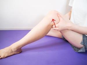 膝の裏に指を入れ、奥にぎゅっと押すように刺激します。この時、爪を立てないように注意してください。膝裏は老廃物を回収する場所なので、時間がない時でもこの動作は省かないで行ってください
