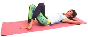 仰向けになり、右足を左足に乗せます。両手は頭の後ろで組み、吐く息とともに腰を深く床に沈めます
