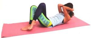 吸う息で上体を床から浮かし、吐く息で両肘を顔の前に引き寄せます。肘を前に押し出しながら、下腹から上体を起こします。目線はおへそに向けて、首の後ろも伸ばします
