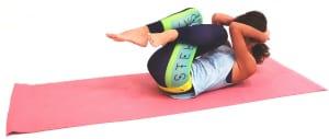 吐く息とともに両ひざと両肘を近づけ10秒キープします。ゆっくり身体を床に戻し、頭を左右にゆらして首筋の力を抜きましょう。足を組み換え、反対側も同様に動作を繰り返してください