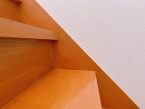 階段を上る時は、つま先で