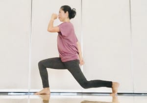 (2)の状態でバランスをとるには、両手を腰においておくか、身体のバランスをとるために腕を前後に振るっても良いです