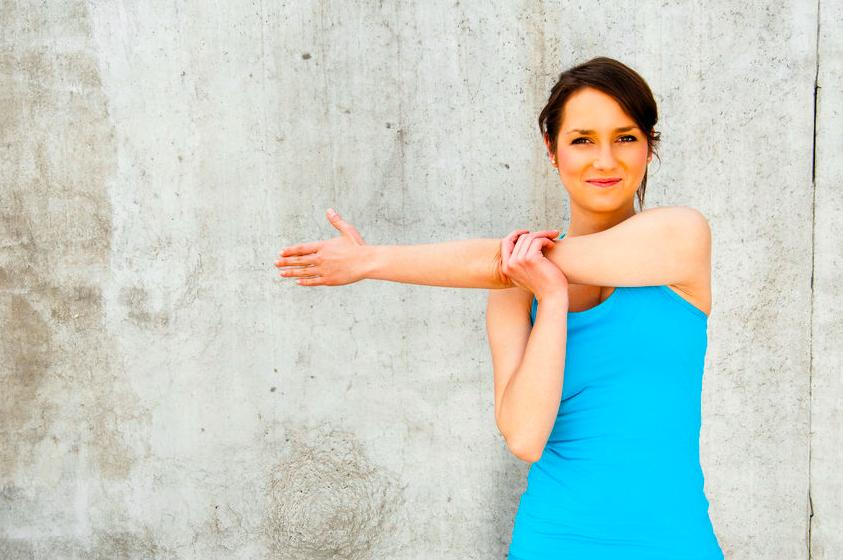 壁を使って肩こりを改善!肩関節の可動域も広がるストレッチ
