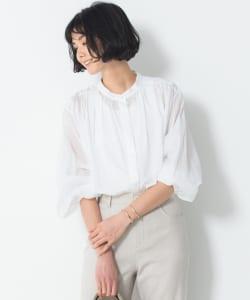数多あるトップスのなかでも「シャツ」や「ブラウス」は万能です。ボタンの開け方や袖のまくり方、抜き襟など、クールにもフェミニンにも着こなせるからです
