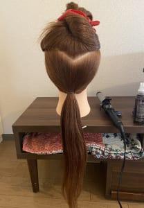 まずは、ベース作りをします。髪全体にしっかりとワックスをつけます(根元は軽めにつけてください)。こめかみから上と下にわけ、こめかみから下の髪の毛を仕上げたい高さで一つに結びます。