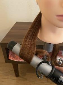 次に、結んだ毛先からコテで髪を巻いていきましょう。毛先を外巻きにし、中間を内巻きにして波のようなウェーブを作っていきます