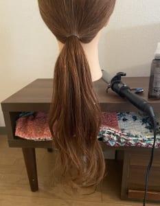 次に、結んだ毛先からコテで髪を巻いていきましょう。毛先を外巻きにし、中間を内巻きにして、ウェーブを作っていきます