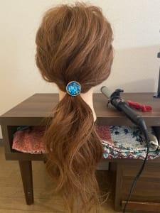 次は、ルーズに一つにまとめて結び、表面の髪を少し引っ張り出します。トップに束感を出したければ上に向かって引き上げ、後ろにボリュームを出したければ後ろに引っ張ります。引っ張りすぎても戻せないので、ゆっくりと引っ張ることが重要です