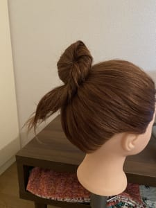 ピンが1本でもしっかりとまりますが、髪の毛が多くて不安な方は2〜3本同じような形でとめるとしっかり固定することができます