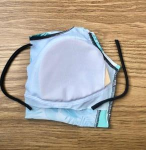 胸パットの部分がマスクの形になるように、はさみで切り分けます。肩ひもは、耳にかけるゴムの部分に使います