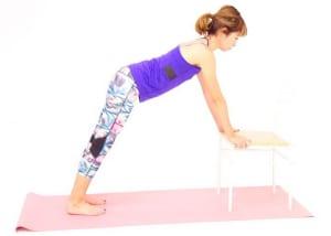 イスの淵をつかみます。腕が軽く曲がるくらいの位置に立ちます。肘の外側(黒ずみやすい部位)を外側に向けて、肘がロックしないようにしましょう