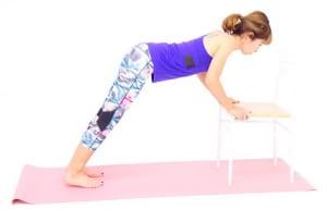体幹を安定させながら、吐く息とともに肘を曲げます。この時、体幹がブレてお腹が前に出ないように気をつけてください
