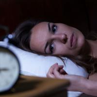 残暑&エアコン冷え…温度差疲れを解消して快眠する方法