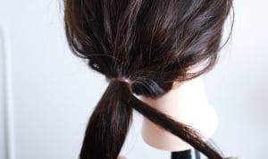 ゴムで結んだ後に毛束を1センチ束だけすくいとり、その毛束でゴムを隠すように巻きつけていきます。最初に毛束をすくった場所が盛り上がることもあるので、できるだけ端やゴムの裏側などの目立たない場所をすくうことがおすすめです