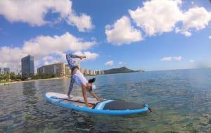 筆者はヨガやフィトネスのインストラクターもしているので、生理の時も運動をしなければなりません。時には生理中でも海に入って、写真のように「サップヨガ(スタンディングパドルボードの上で行うヨガ)」の指導をすることもあります