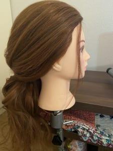 後れ毛を垂らす時は全体とのバランスが一体化するようにし、2枚目の写真のようにサイドの髪をつめすぎないようにしましょう