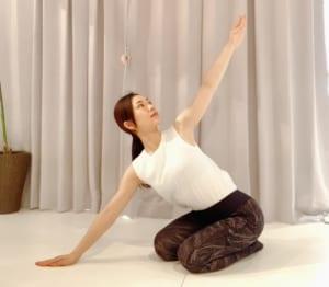 ハーフキャットの(1)のポーズから、片手を斜め上方向へ回旋させてアップしましょう。両腕を引っ張り合うようなイメージで行ってください
