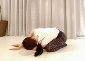 下げている手と床の間に、上げた手をすべり込ませるようにします
