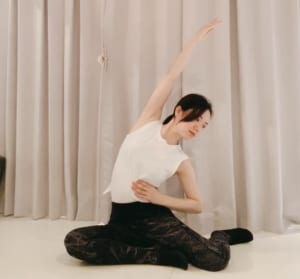 右肘が太もものあたりに届くようなイメージで、側屈していきましょう。息をお腹から吐き出すように意識しながら、10秒キープします