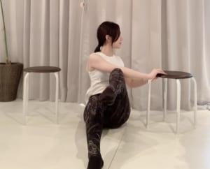 ねじった側の足を上げて肘にタッチさせ、10秒キープします。左右5セットずつ行ってください