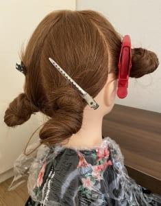 ブロッキング(髪を小分けにし、それぞれを留める)をしてダッカールでとめます。トップは普段の分け目でブロッキングします