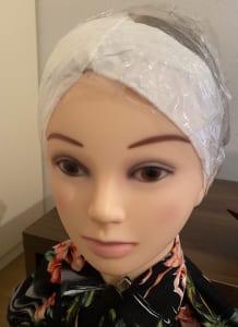 フェイスラインの髪は浮きやすく短い毛もあるため、ティッシュで押さえて先ほど首に巻いていたラップでそのまま密封させましょう