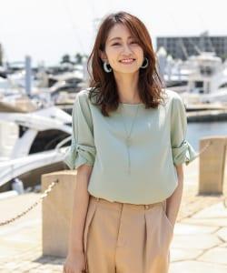 リボン付きの袖ブラウスは、女性らしさ満点です。トップスと同じ生地とカラーのリボンのものを選ぶと、大人でも難なくとり入れることができます