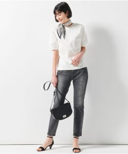 スカーフは、シルクなどのツヤ感がありボリュームの出すぎないものを選びましょう。細長い形状のものなら折る手間も省け、巻きやすいでしょう