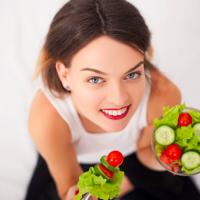 トマトだけじゃない!紫外線対策に食べるべき食材&NG食材