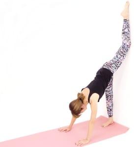 この状態に慣れてきたら右かかとを壁に近づけ、壁につけている左足の甲やつま先を徐々に天井方向に移動させながら、さらに右足裏をストレッチングしていきます