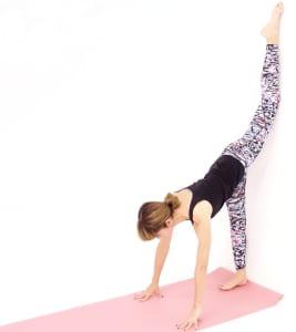 さらに慣れてきたら、右足裏全体を壁に近づけ、左ひざも壁に近づけます。一度、大きく息を吸い、背中を伸ばします